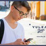Junge trägt Brille Vulkan