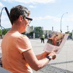 OrCam MyEye wird zum Lesen eines Magazins genutzt